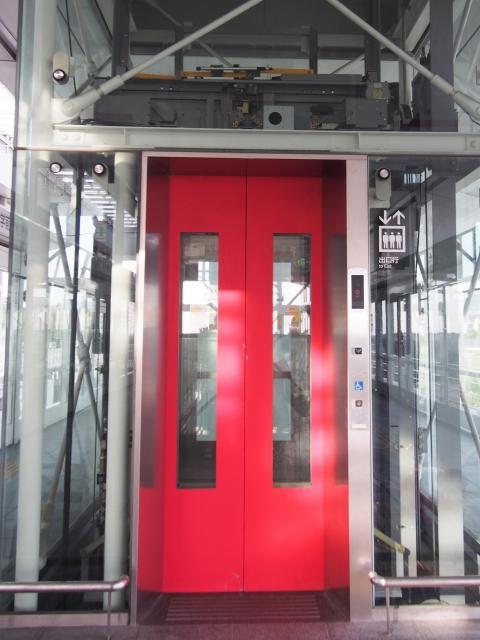 駅のエレベーターに乗る、マナー意識なき健常者たち